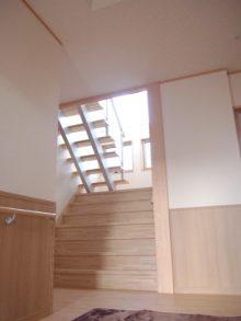 広い玄関、幅広の階段